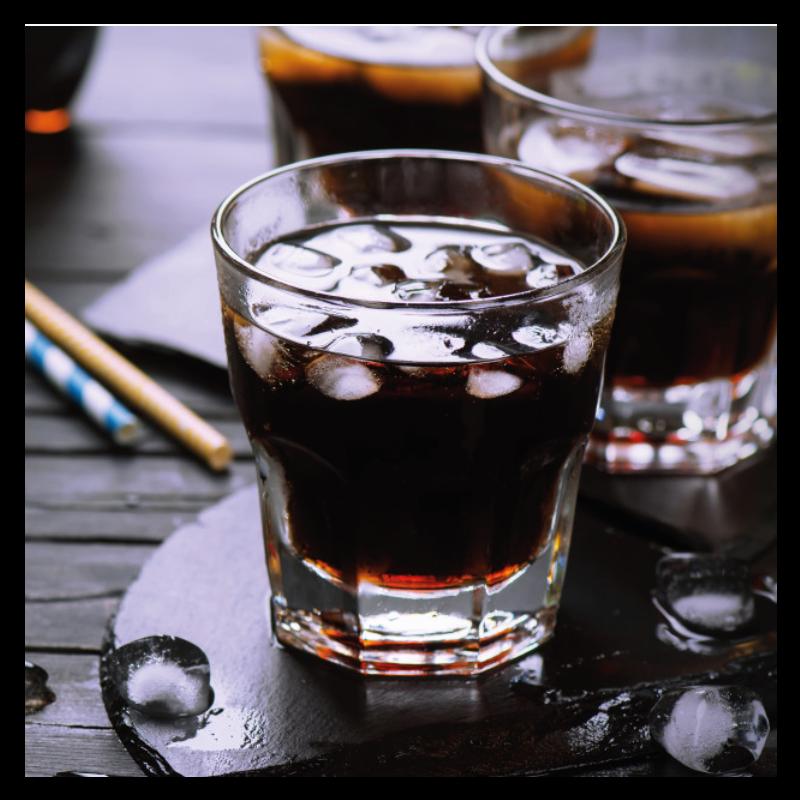 Glas Cola mit Eiswuerfel