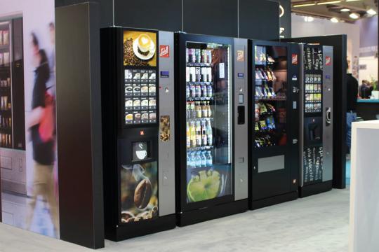 vier Automaten stehen nebeneinander